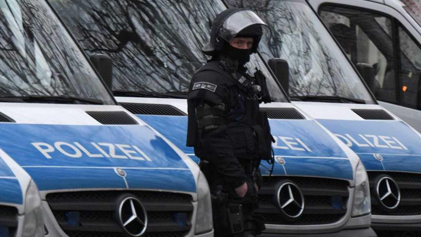 Unidades especiales de la policía alemana frente a la mezquita de Bilal, en Frankfurt.