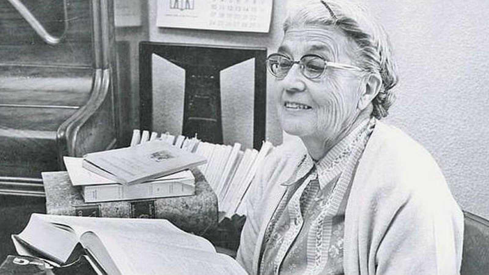 María Moliner junto a su diccionario