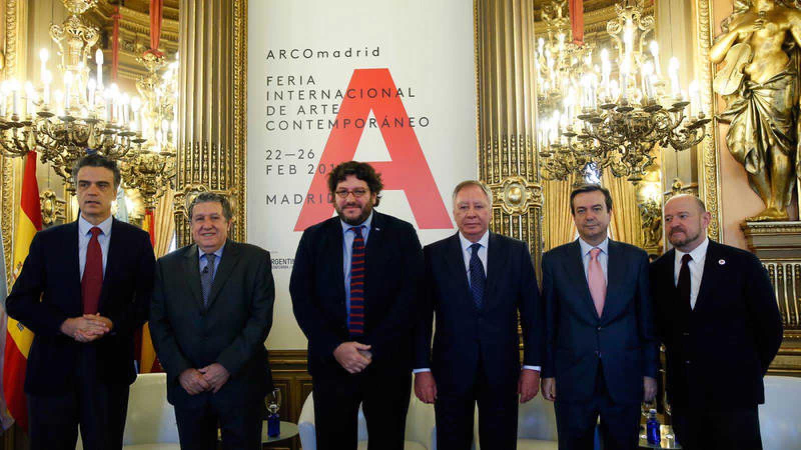 El ministro de Cultura argentino, Pablo Avelluto (3i); el presidente ejecutivo de IFEMA, Clemente González (3d); el embajador argentino en España, Federico Ramón Puerta (i); El director de Casa de América, Santiago Miralles (i); el director general