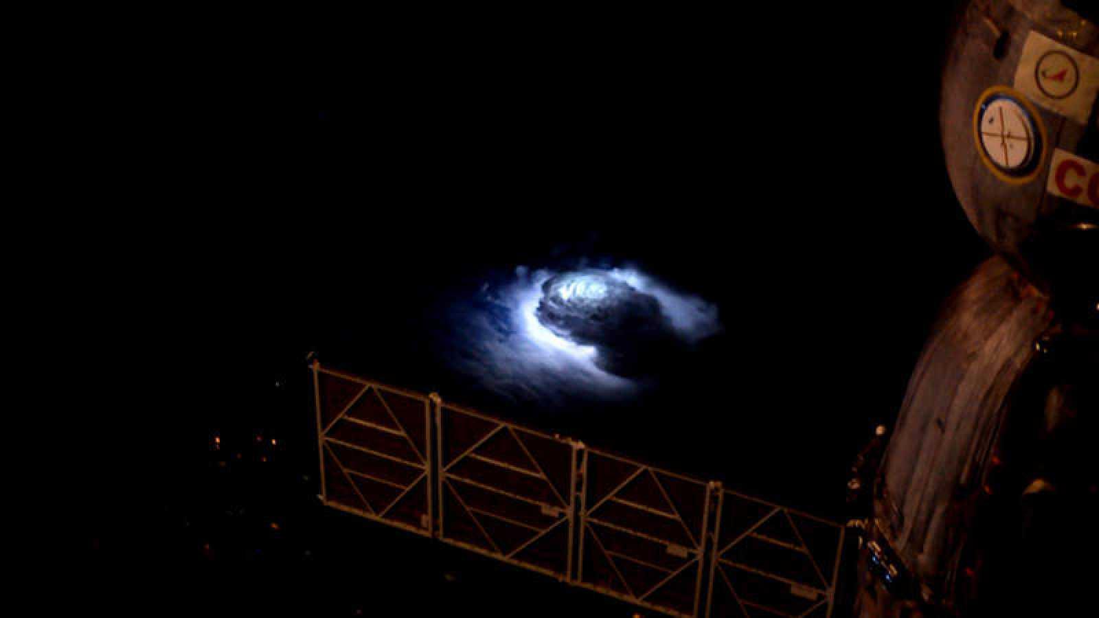 El astronauta Andreas Mogensen ha capturado en video por primera vez este extraño fenómeno meteorológico.