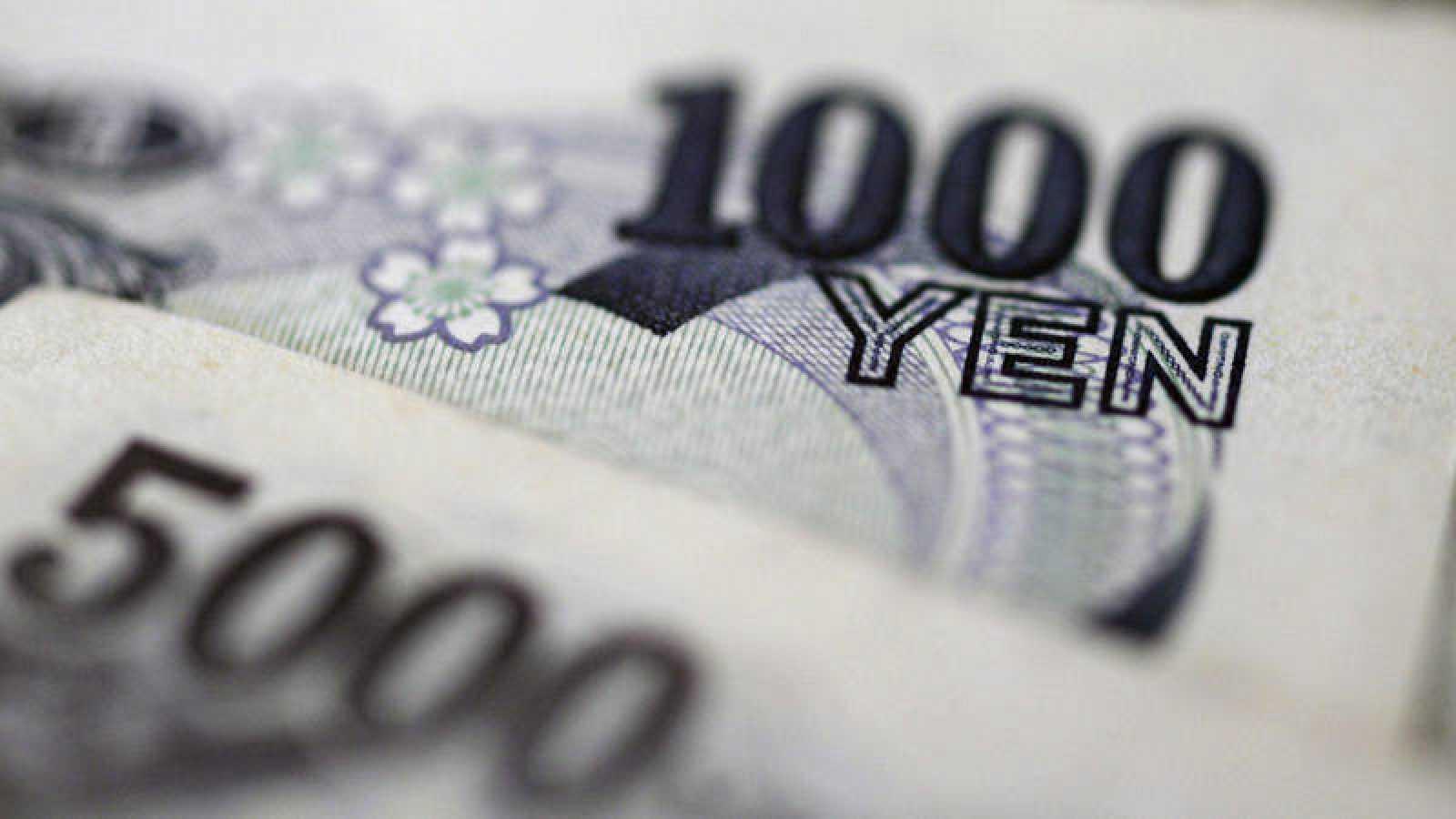 Varios yenes fotografiados en Tokio (Japón).