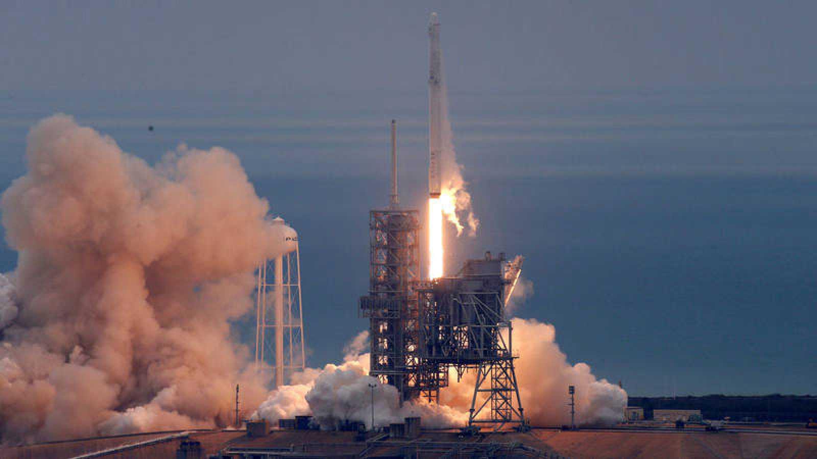 Imagen del lanzamiento del Falcon 9 de SpaceX desde la plataforma 39A del centro Kennedy de la NASA en Florida (EE.UU.).