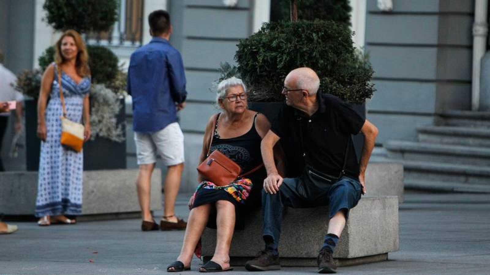 Imagen de archivo de una pareja de ancianos en las calles de Madrid