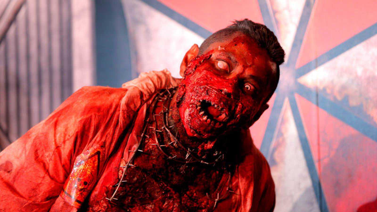Un hombre disfrazado de zombi en la presentación de la película 'Resident Evil: capítulo final', en Ciudad de México.