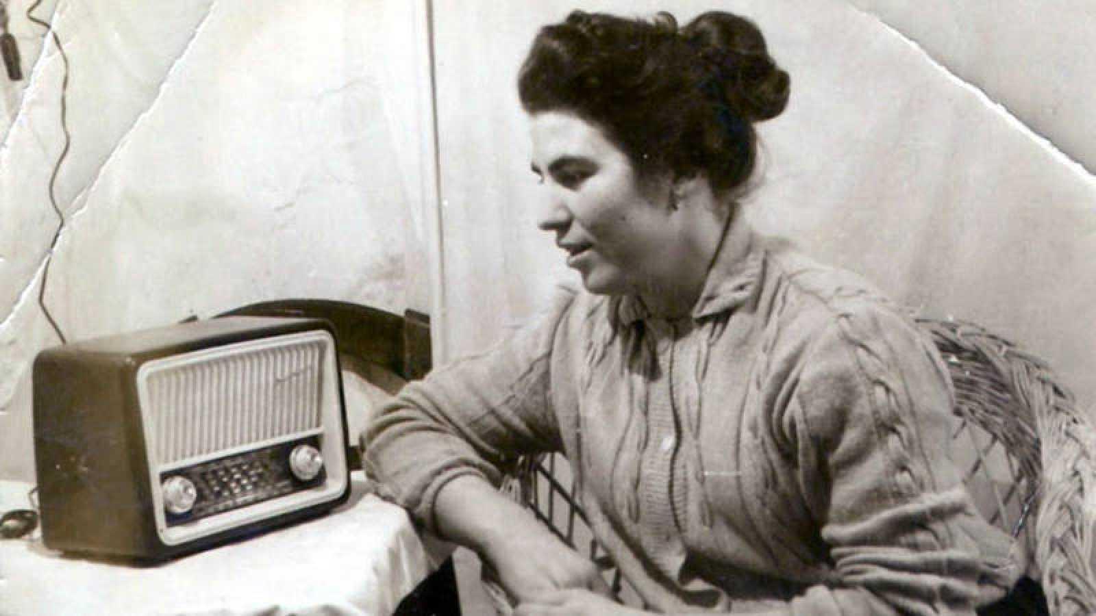 Mujer escuchando la radio