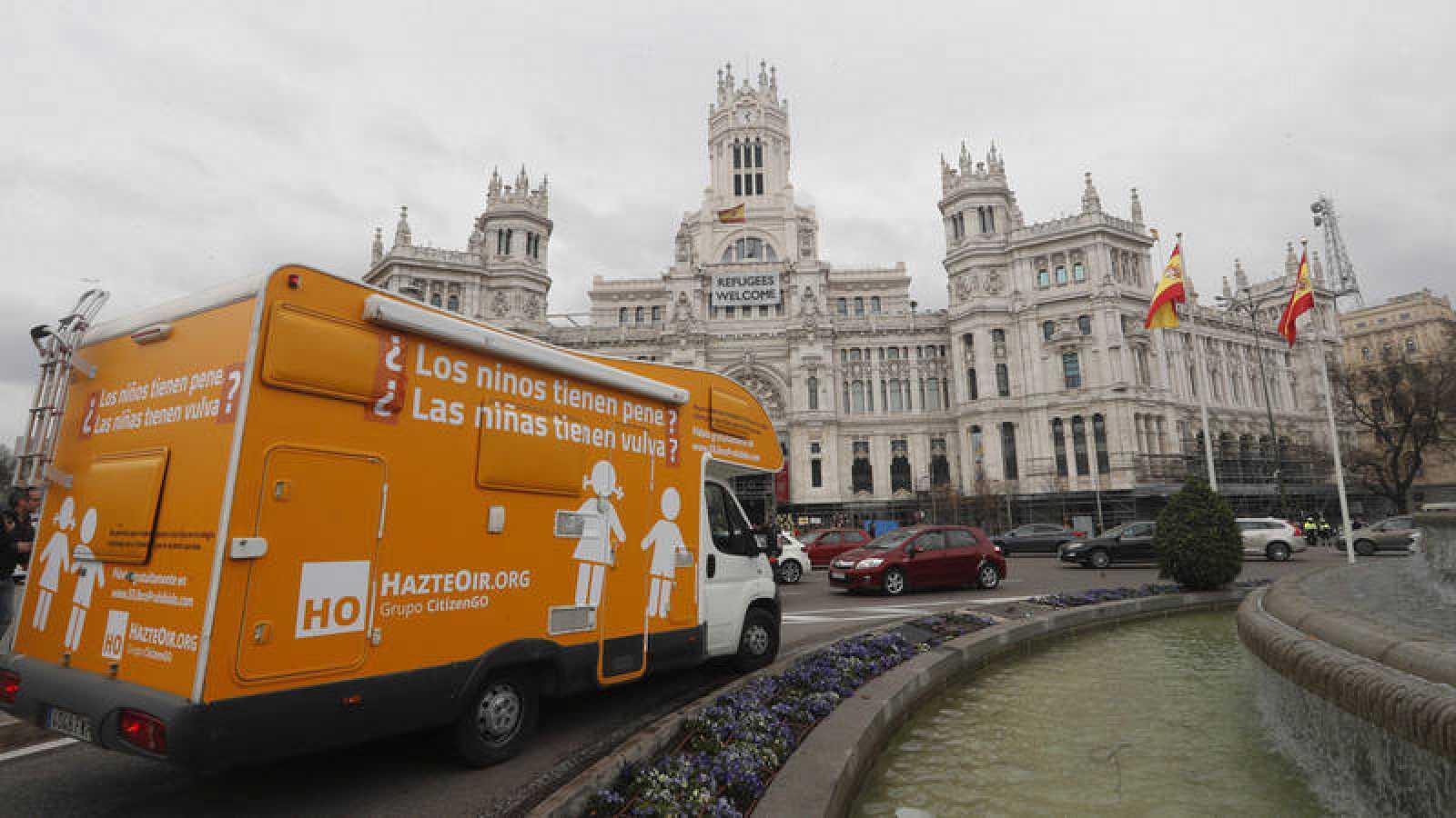 La caravana de Hazte Oír que recorrió el viernes las calles de Madrid con un eslogan ligeramente modificado.