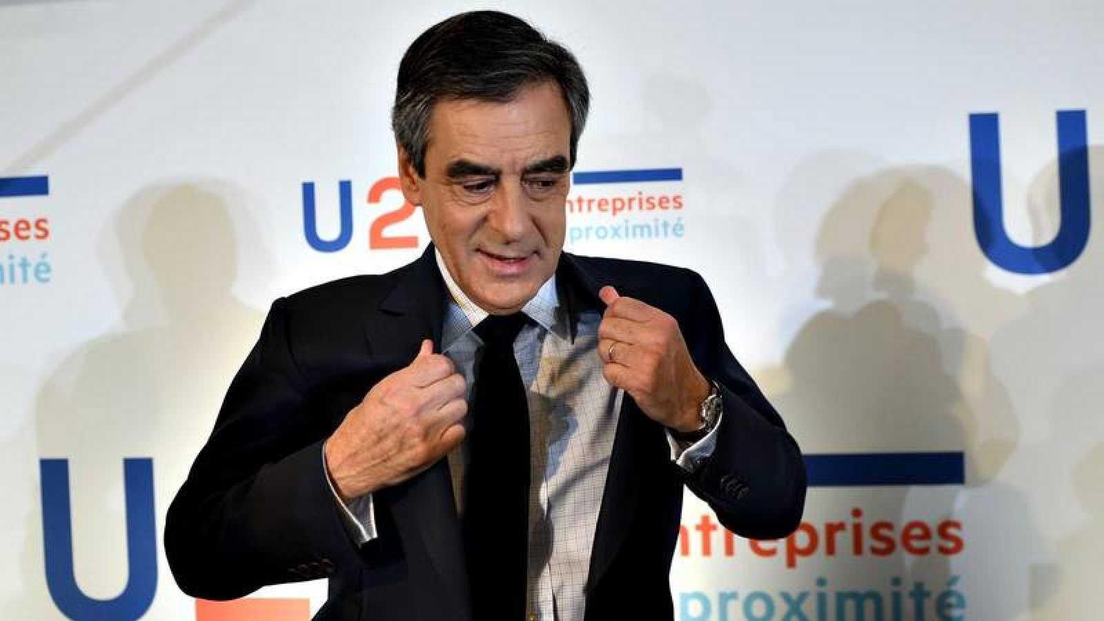 El candidato conservador al Elíseo, François Fillon, se ajusta la chaqueta tras una rueda de prensa de campaña