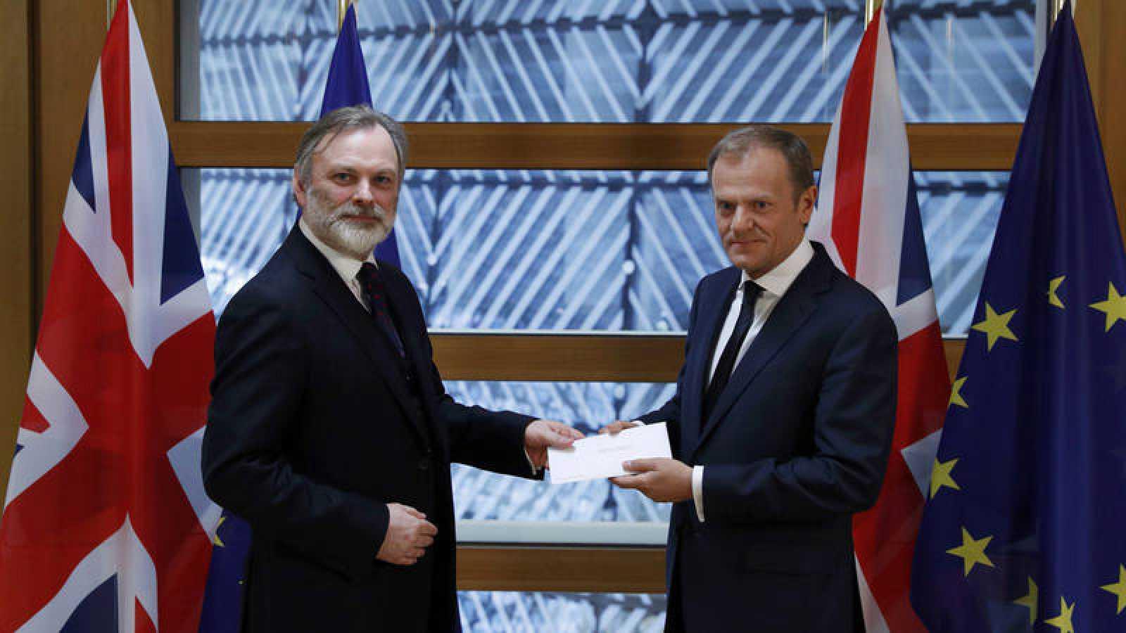 El presidente del Consejo Europeo, Donald Tusk recibe la carta que activa el proceso de salida de Reino Unido de la Unión de manos del embajador británico ante la Unión Europea, Tim Barrow.