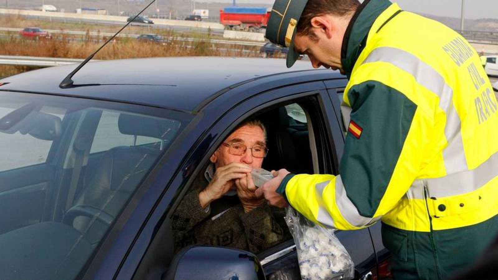 La Guardia Civil realiza un control de alcoholemia en Madrid.