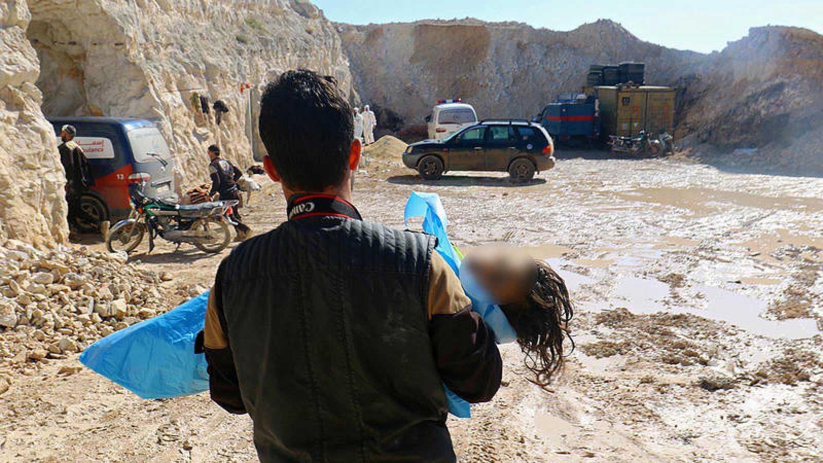 Un hombre rescata el cuerpo sin vida de un niño tras un supuesto ataque químico contra la localidad de Jan Sheijun, en Idleb, Siria.