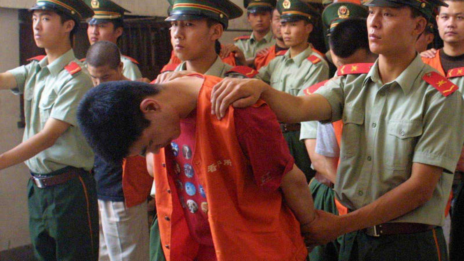 Agentes de policía escoltan a un condenado a muerte en China por contrabando (imagen de archivo)