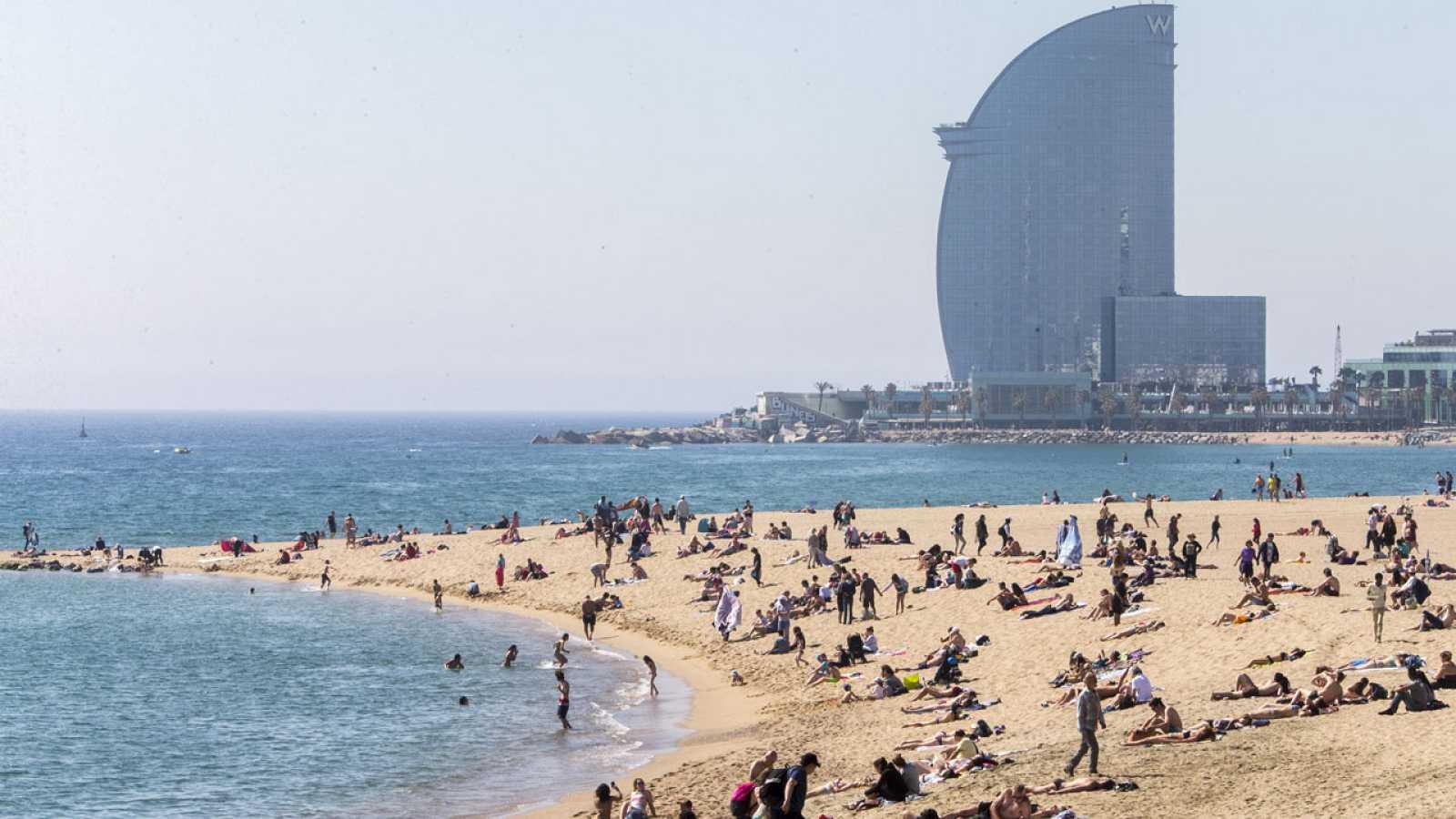 Aspecto de la playa de la Mar Bella, en Barcelona, con el hotel W al fondo, durante las fiestas de Semana Santa.