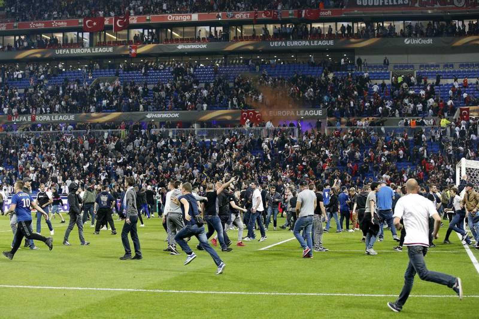 Los aficionados invadieron el campo de juego antes del partido de la Liga de Europa.