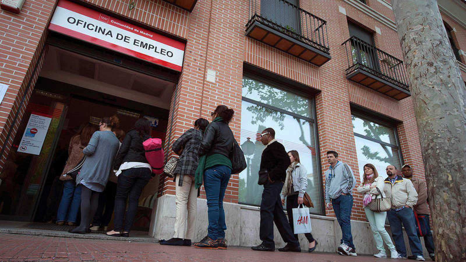 Un grupo de personas hace cola en una oficina de Empleo Alcalá de Henares (Madrid)