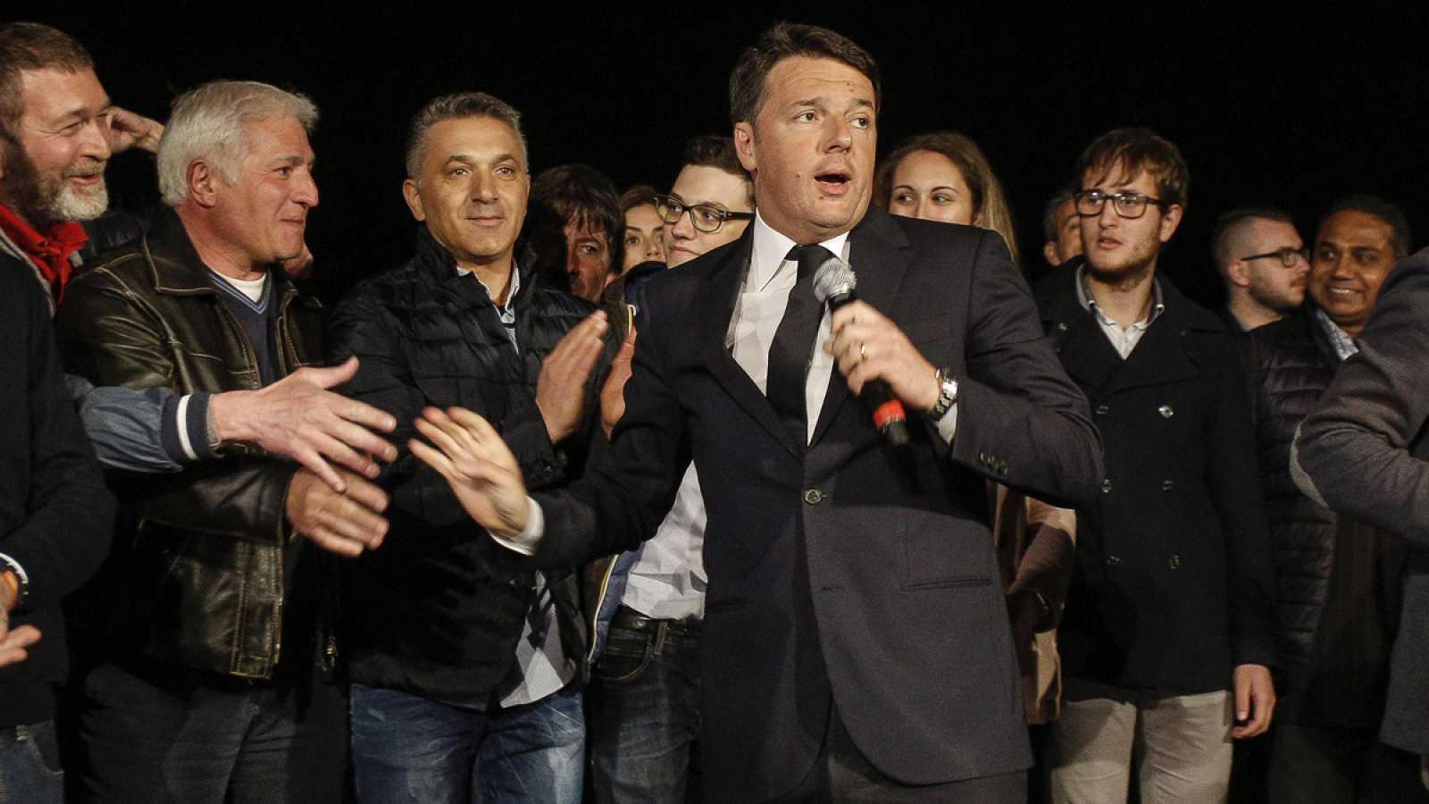 Matteo Renzi da un discurso posterior a su victoria en la sede del Partido Democratico.