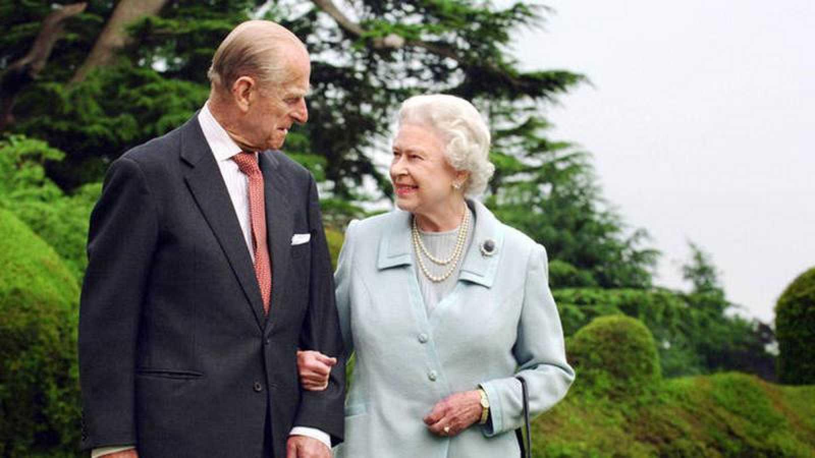 Fotografía del duque de Edimburgo y la reina Isabel II tomada con motivo de la celebración de sus bodas de diamante con la monarca, que se conmemoró en 2007.