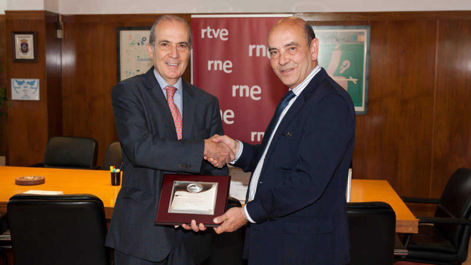 El director de RNE, Alfonso Nasarre (derecha), recogiendo el galardón.
