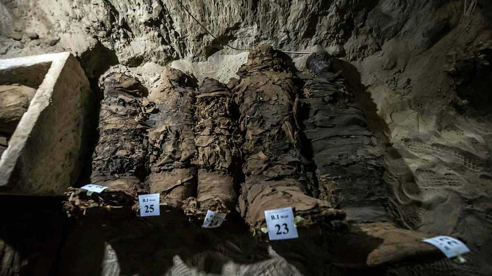 Descubren una cámara funeraria con 17 momias y varios sarcófagos en el valle del Nilo