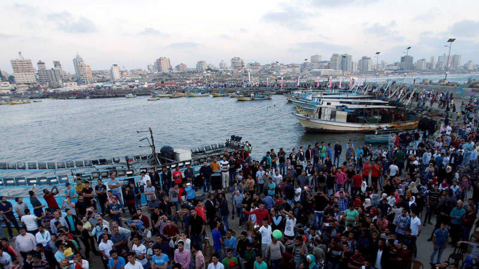 Palestinos fotografiados en el puerto de Gaza