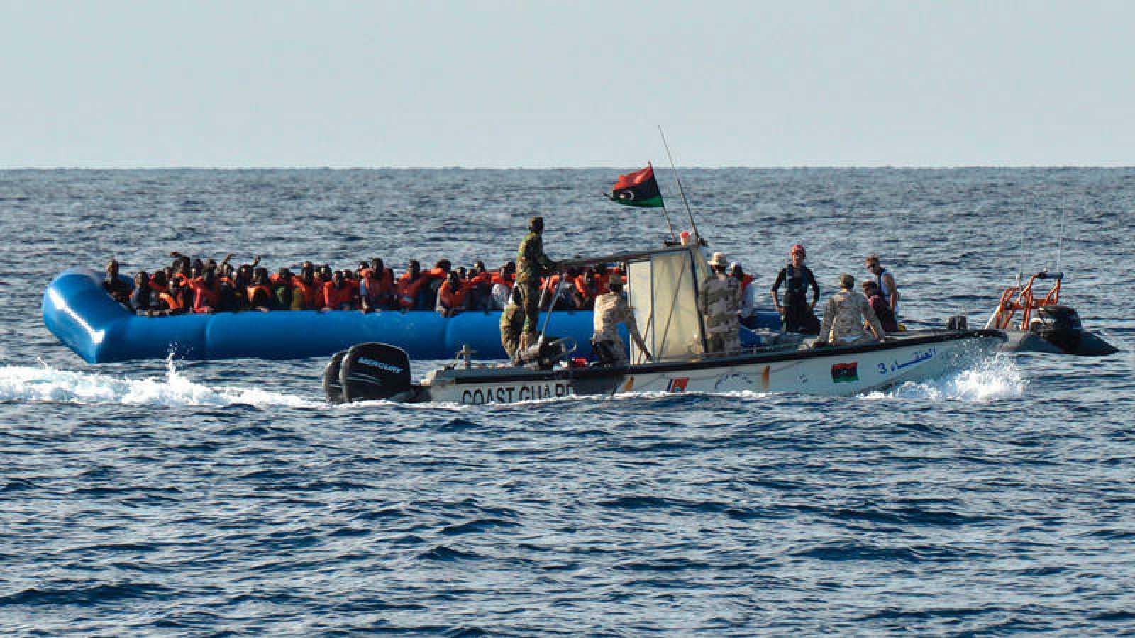 Una imagen de archivo de una operación de rescate de una embarcación en aguas de Libia