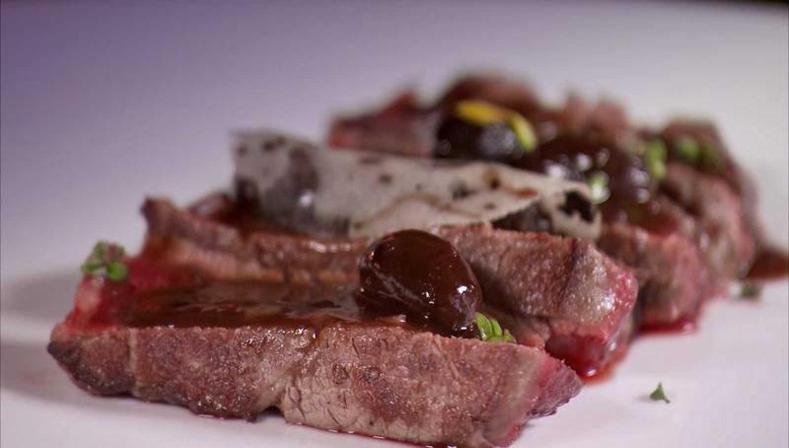 Solomillo de ternera a la baturra con cristales de patata y de aceitunas empeltres