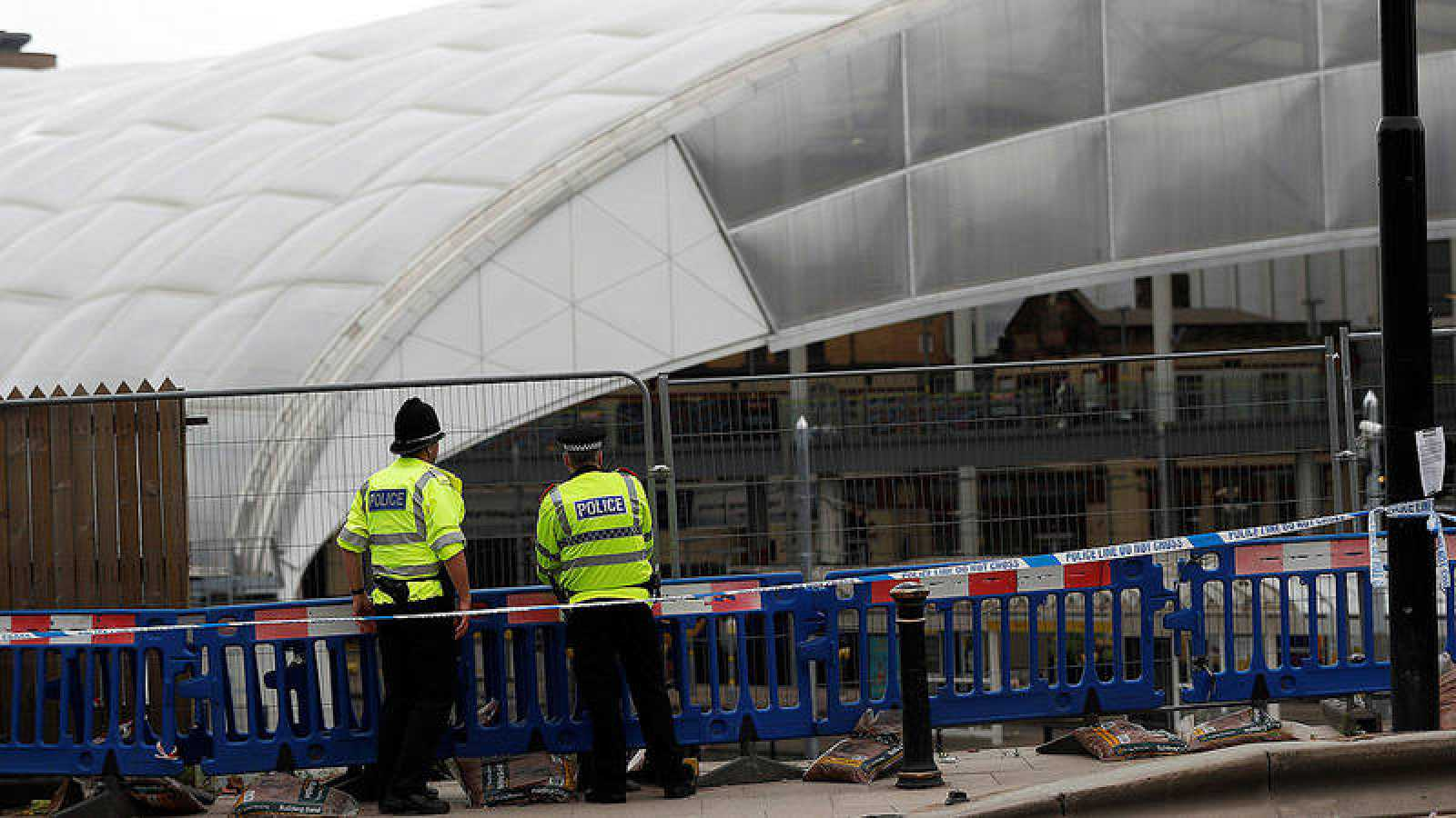 Policías junto al Manchester Arena, en esta ciudad del norte de Inglaterra