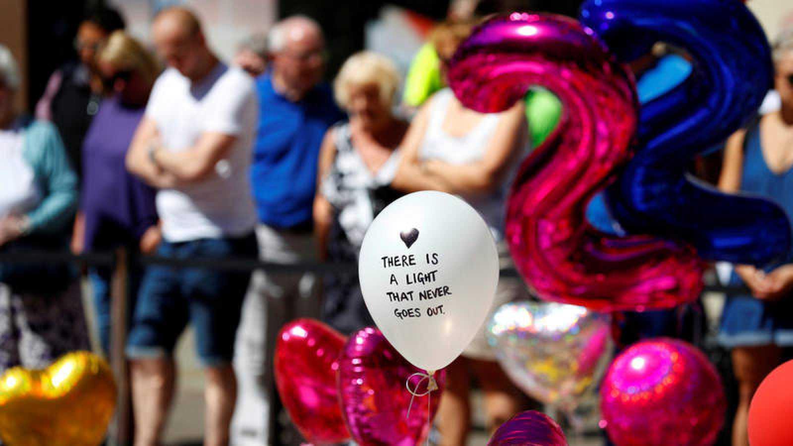 Ofrendas y tributos depositados en recuerdo de las víctimas del atentado en el Mánchester Arena
