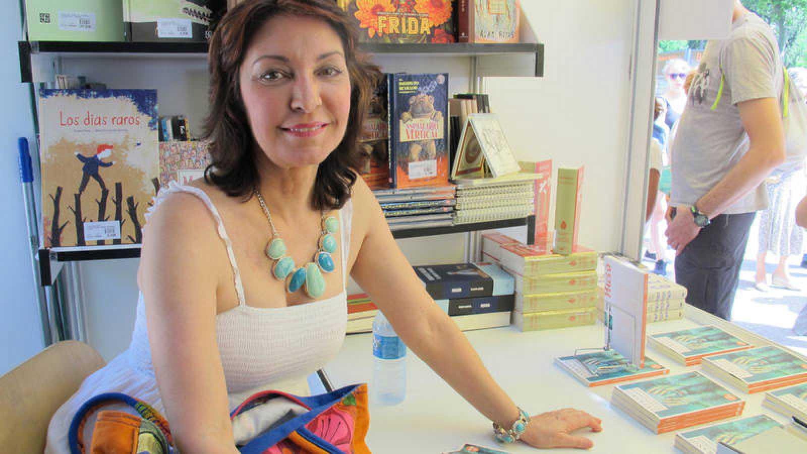 La escritora cubana Daína Chaviano, en la Feria del Libro de Madrid durante la firma de ejemplares de su libro 'Extraños testimonios'
