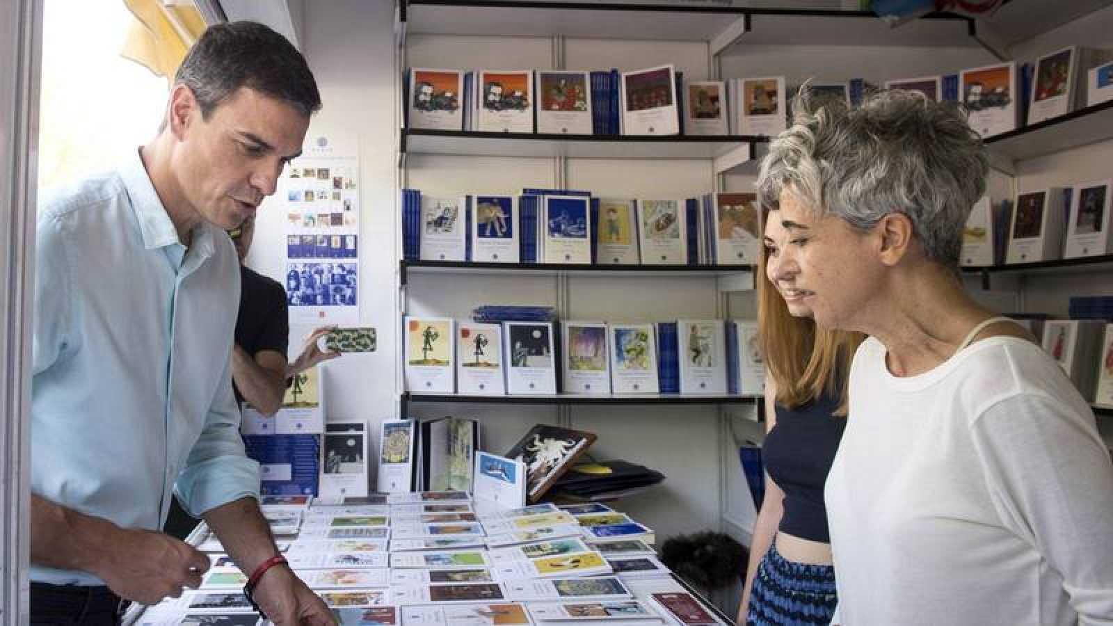 Pedro Sánchez visita la Feria del Libro.