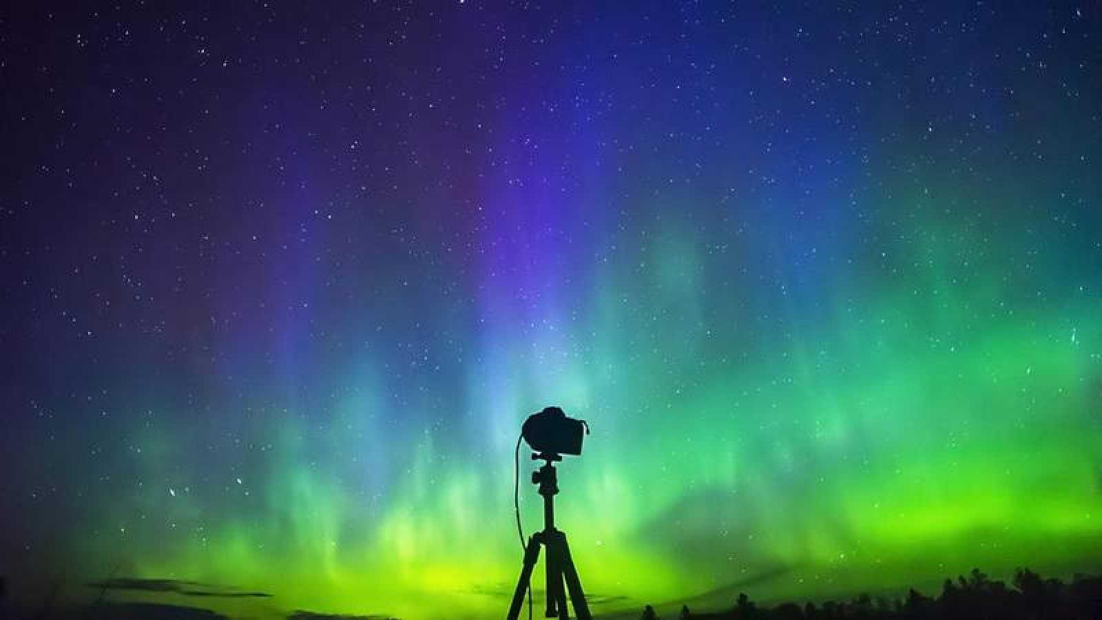 Las perturbaciones del campo magnético de la Tierra generadas por el ciclo solar originan auroras boreales a diferentes latitudes.