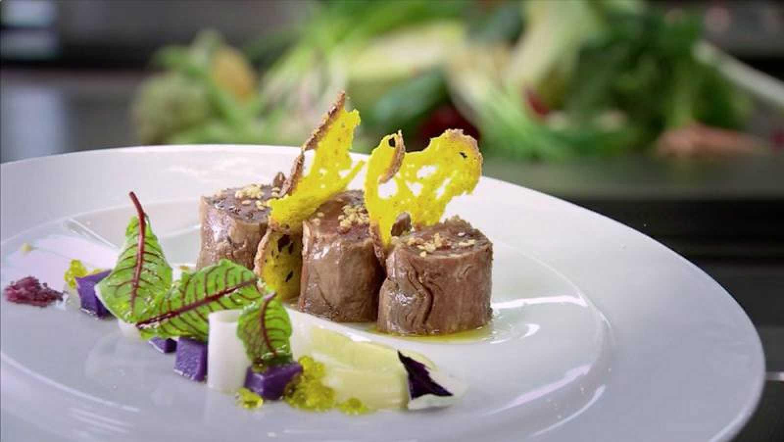 Ensalada de solomillo de euskaltxerri con puré de coliflor y cúrcuma y pan de hogaza, y brotes verdes