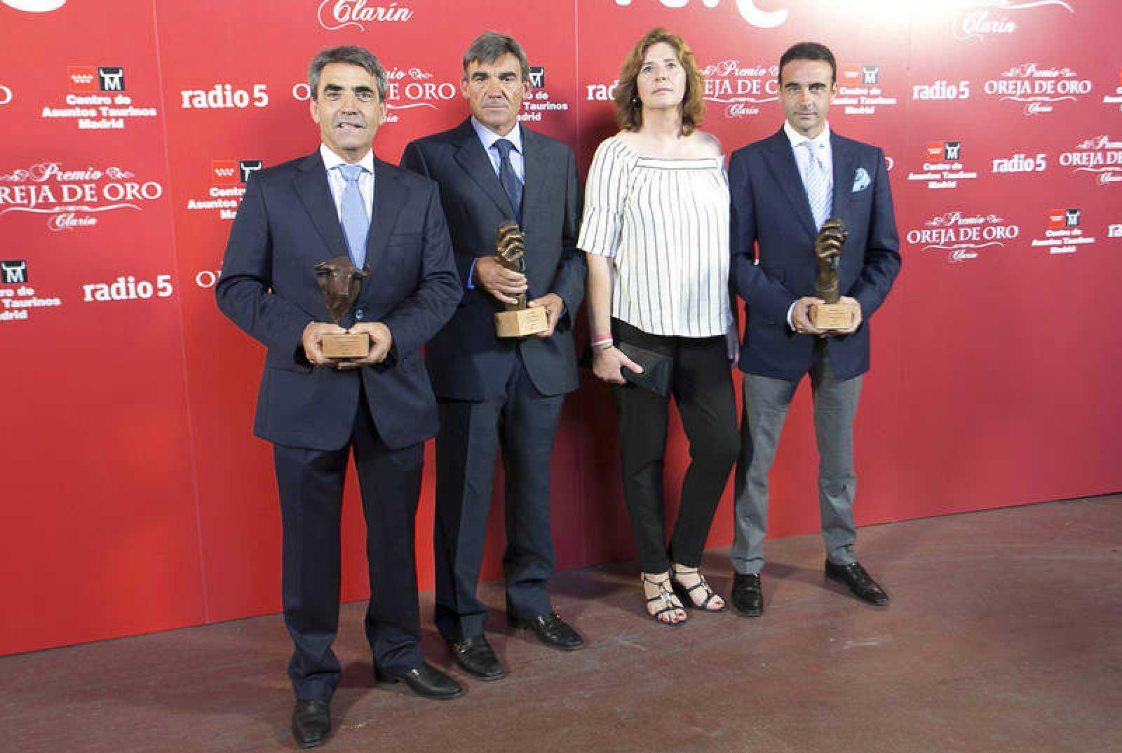 Victorino Martín, los padres de Víctor Barrio y Enrique Ponce con sus premios 'Oreja de Oro' y 'Hierro de Oro' 2016