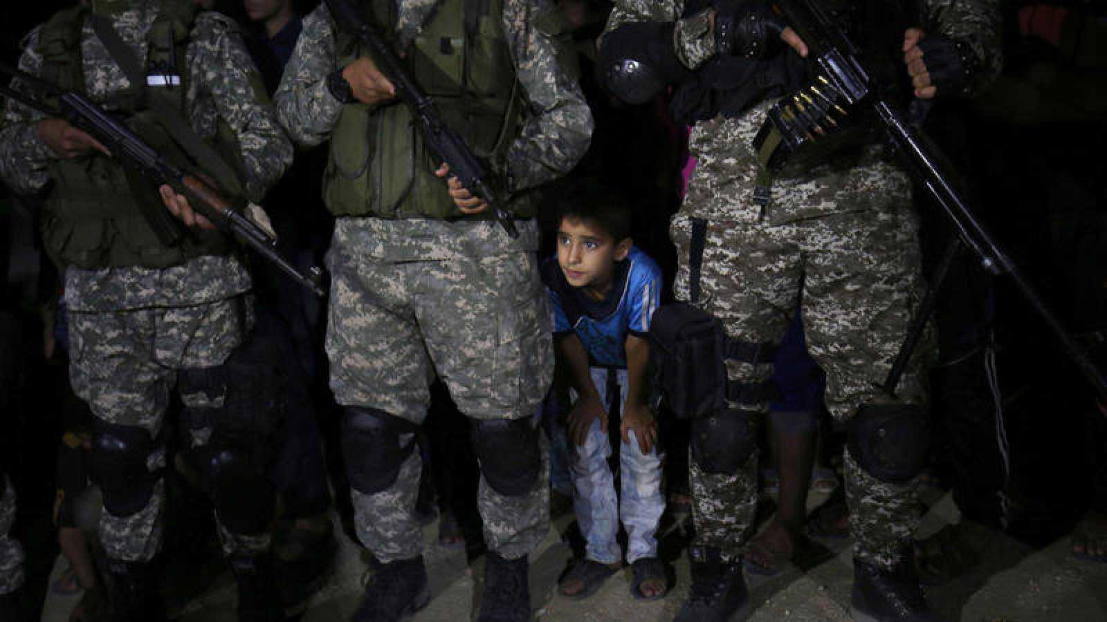 Combatientes de la brigadas Al Qassam, brazo armado de Hamás, rinden homenaje a un líder fallecido.