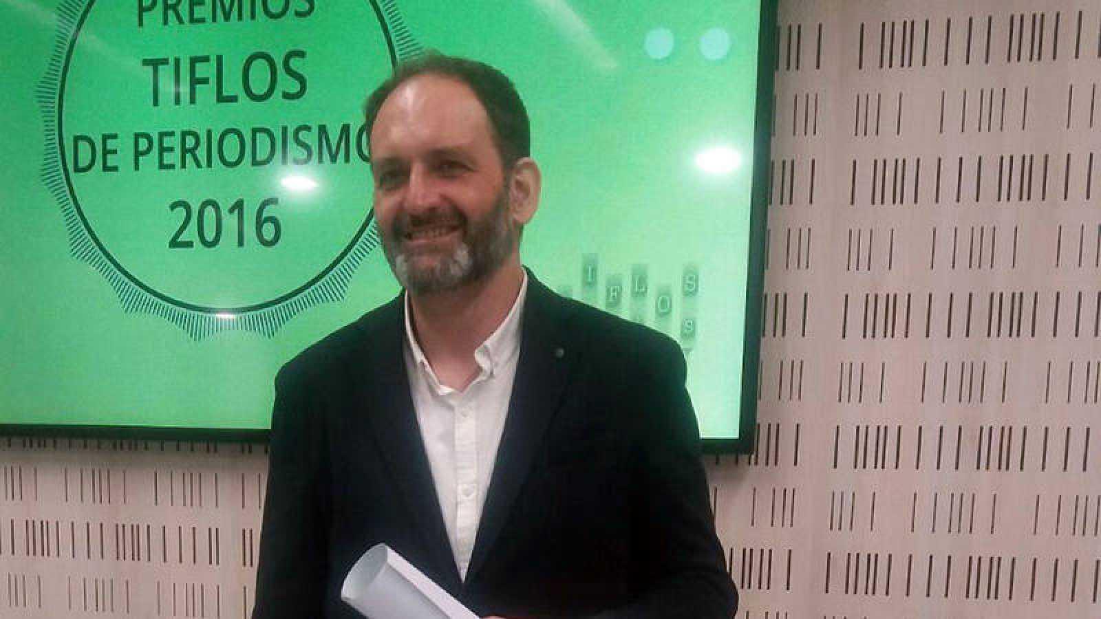 Javier Hernández recoge el premio Tiflos de Periodismo por un reportaje sobre las víctimas de la Talidomida
