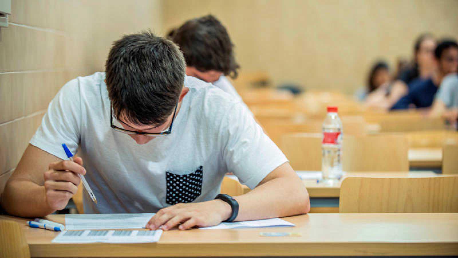Alumnos realizando las pruebas de acceso a la universidad
