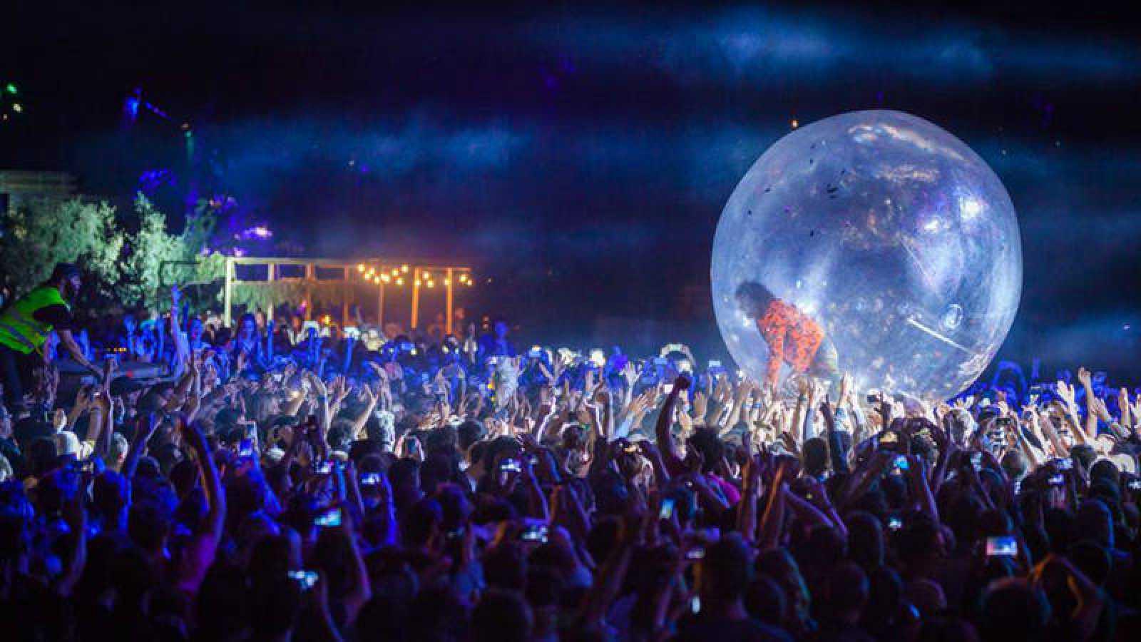 Wayne Coyne levitando sobre el público en el Vida Festival