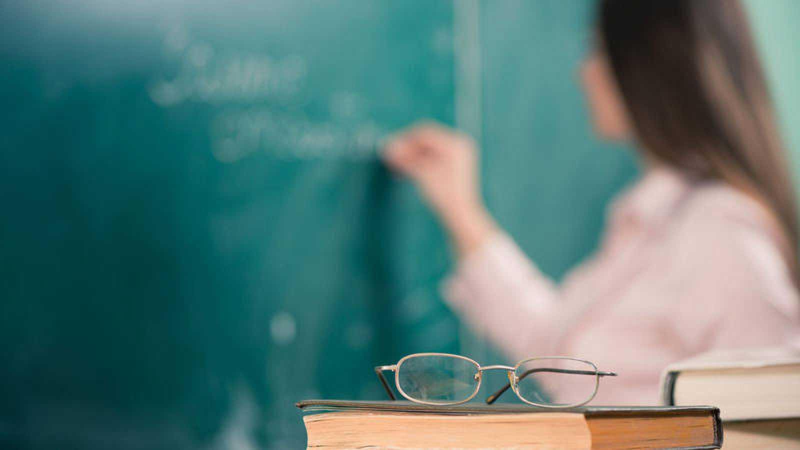 Imagen de archivo de una docente en un aula