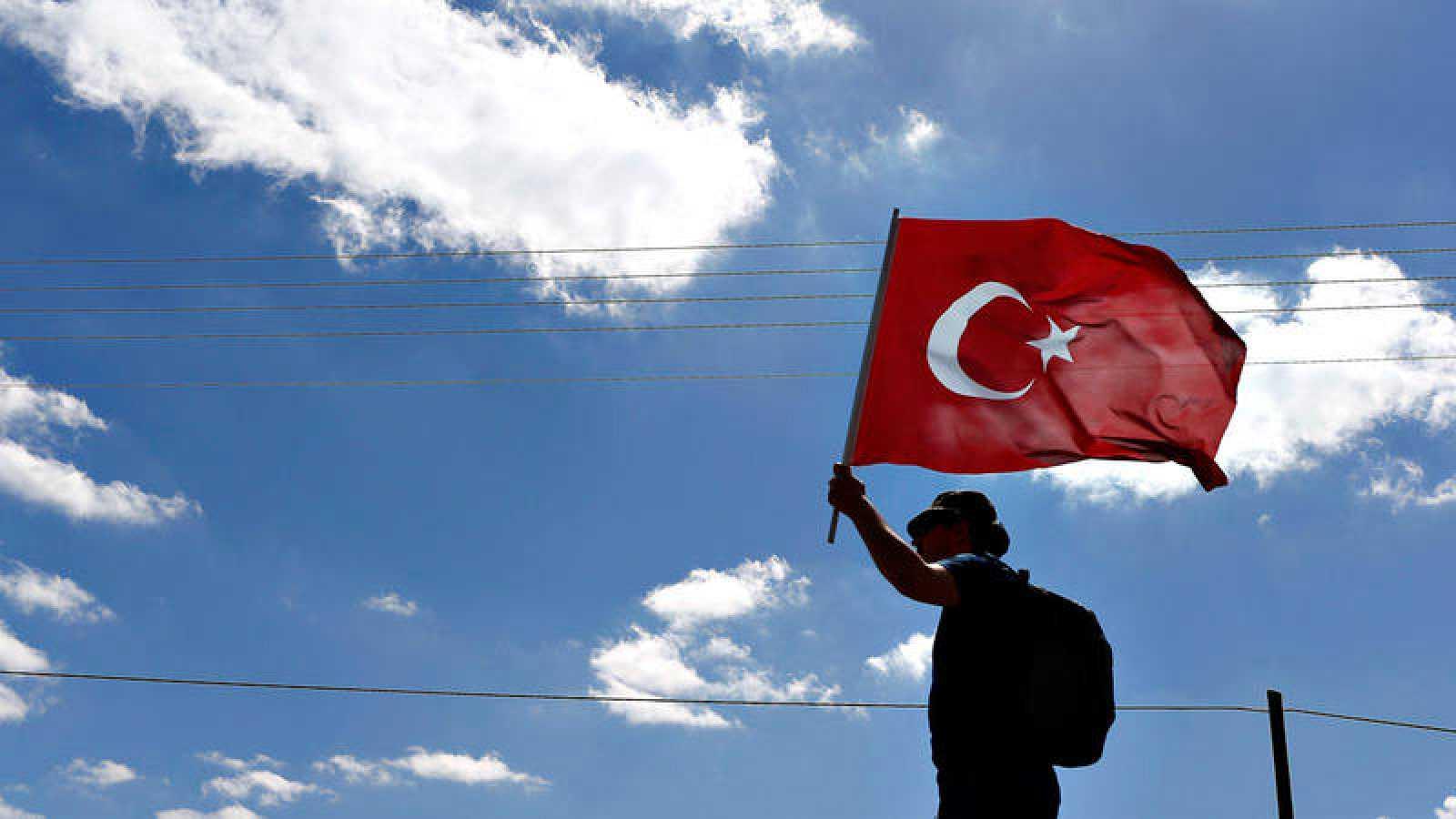 Un manifestante enarbola la bandera de Turquía