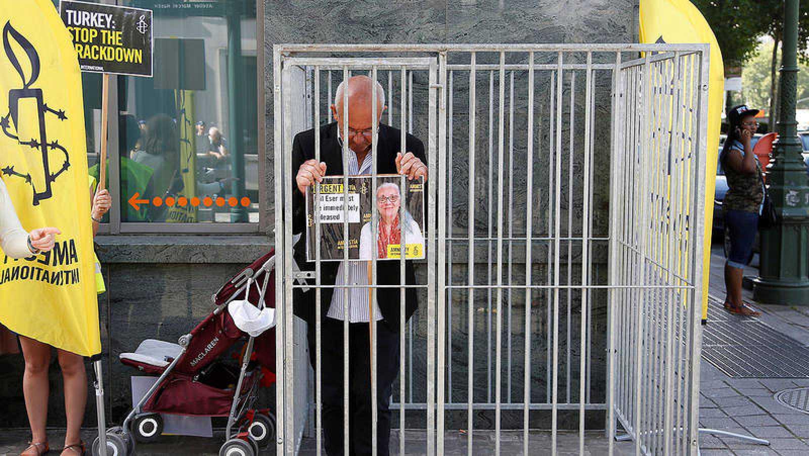 El director de Amnistía Internacional en Bélgica, Philippe Hensmans, durante una proteta frente a la embajada turca en Bruselas para pedir la libertad de Idil Eser