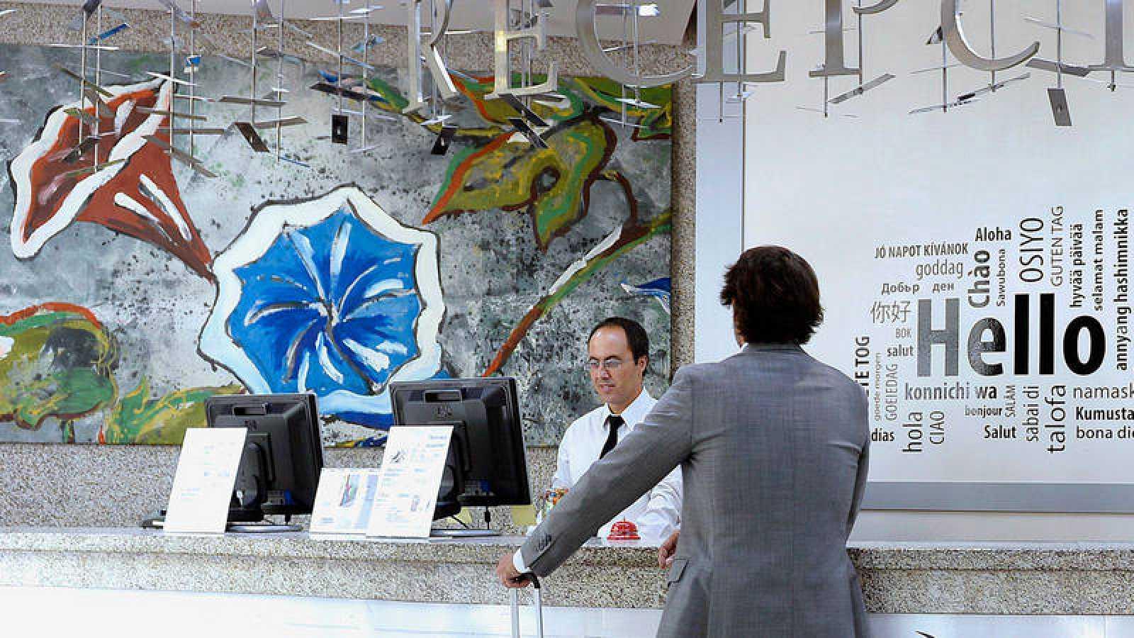 Un hombre recibe la atención del recepcionista en un hotel en una imagen de archivo