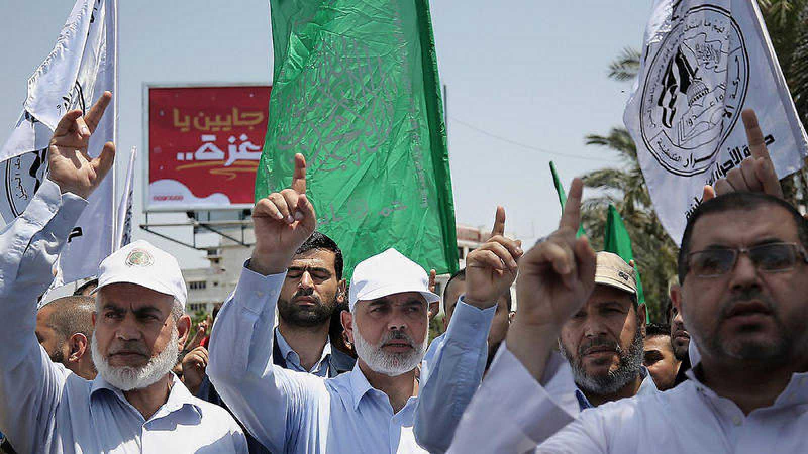 El principal líder de la organización Hamas, el jeque Ismaeil Haneiya (centro) asiste a una protesta contra las medidas de seguridad en la mezquita de Al-Aqsa el 21 de julio de 2017, en la ciudad de Gaza (Franja de Gaza)