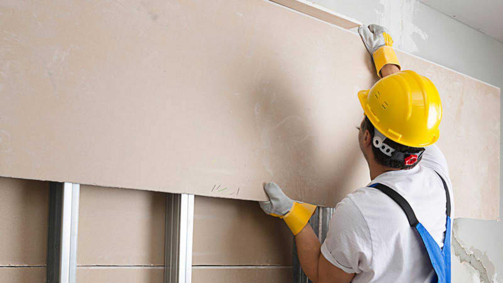Un trabajador monta placas de pladur en una imagen de archivo