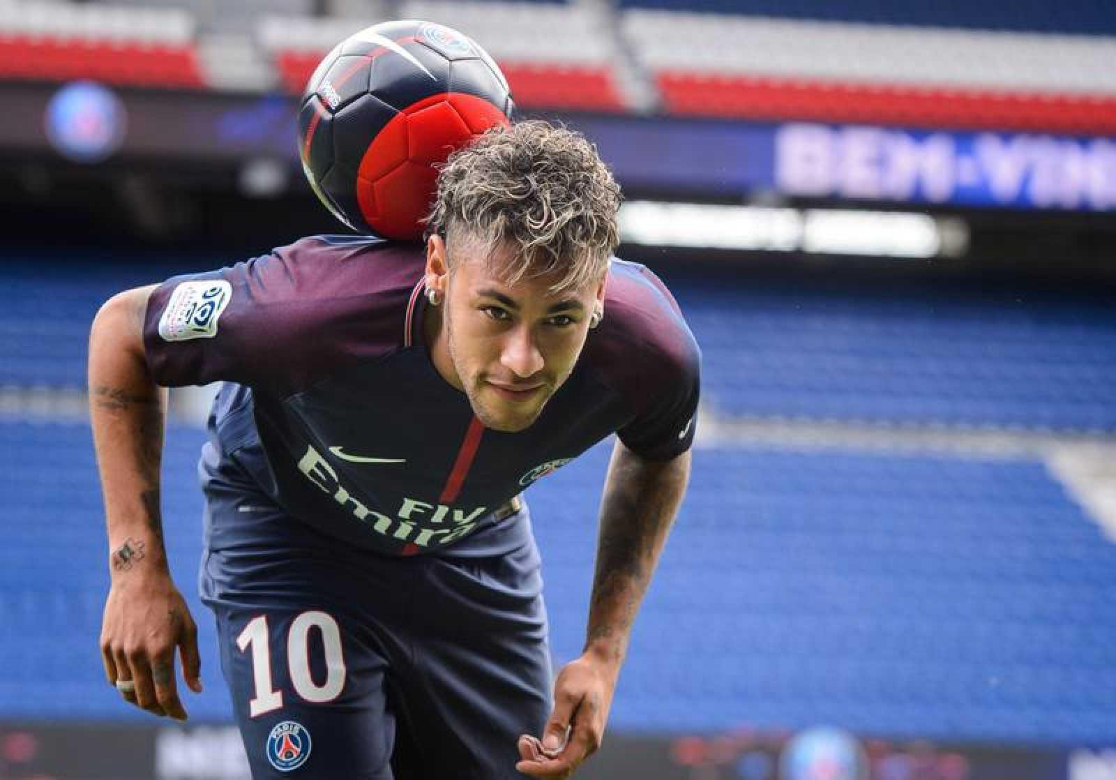 Neymar Jr posa para los fotógrafos durante su presentación como nuevo jugador del PSG.
