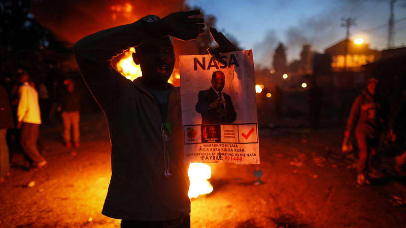 Seguidores del líder opositor Raila Odinga protestan contra los resultados provisionales de la votación