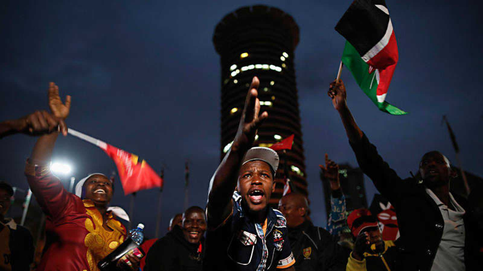 Los simpatizantes de Uhuru Kenyatta celebran su reelección en el centro de Nairobi