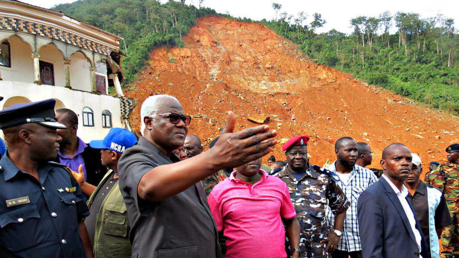 El presidente de Sierra Leona, Ernest Bai Koroma, durante su visita al desprendimiento de Regent