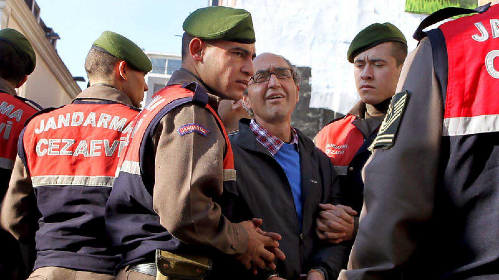 El escritor, Dogan Akhanli (c), en una foto de archivo cuando fue arrestado en agosto de 2010 durante una visita a Turquía, acusado de robo armado en una casa de cambios en 1989.