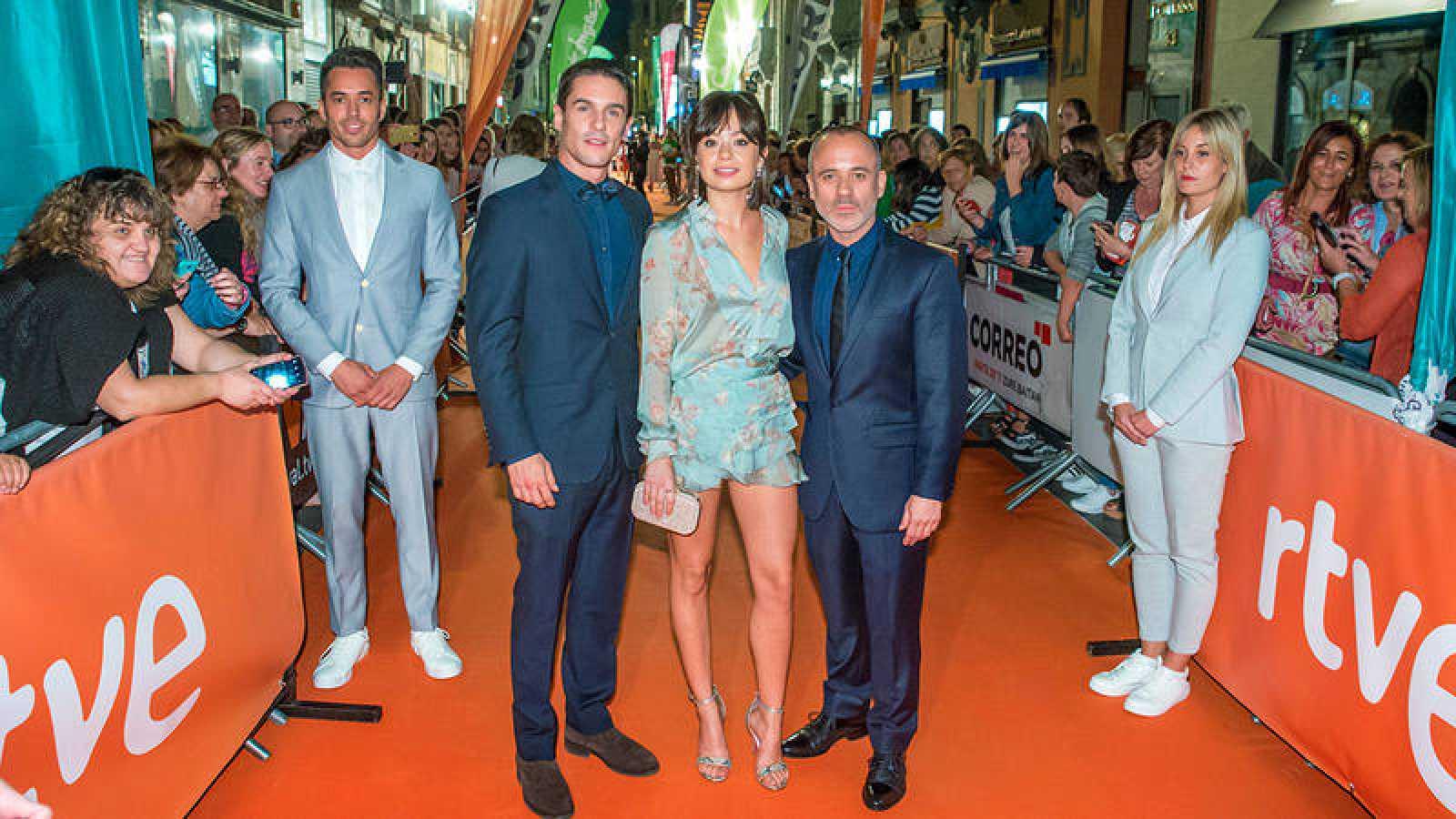 Los actores de 'Estoy Vivo' inauguran la alfomnbra naranja del FesTVal