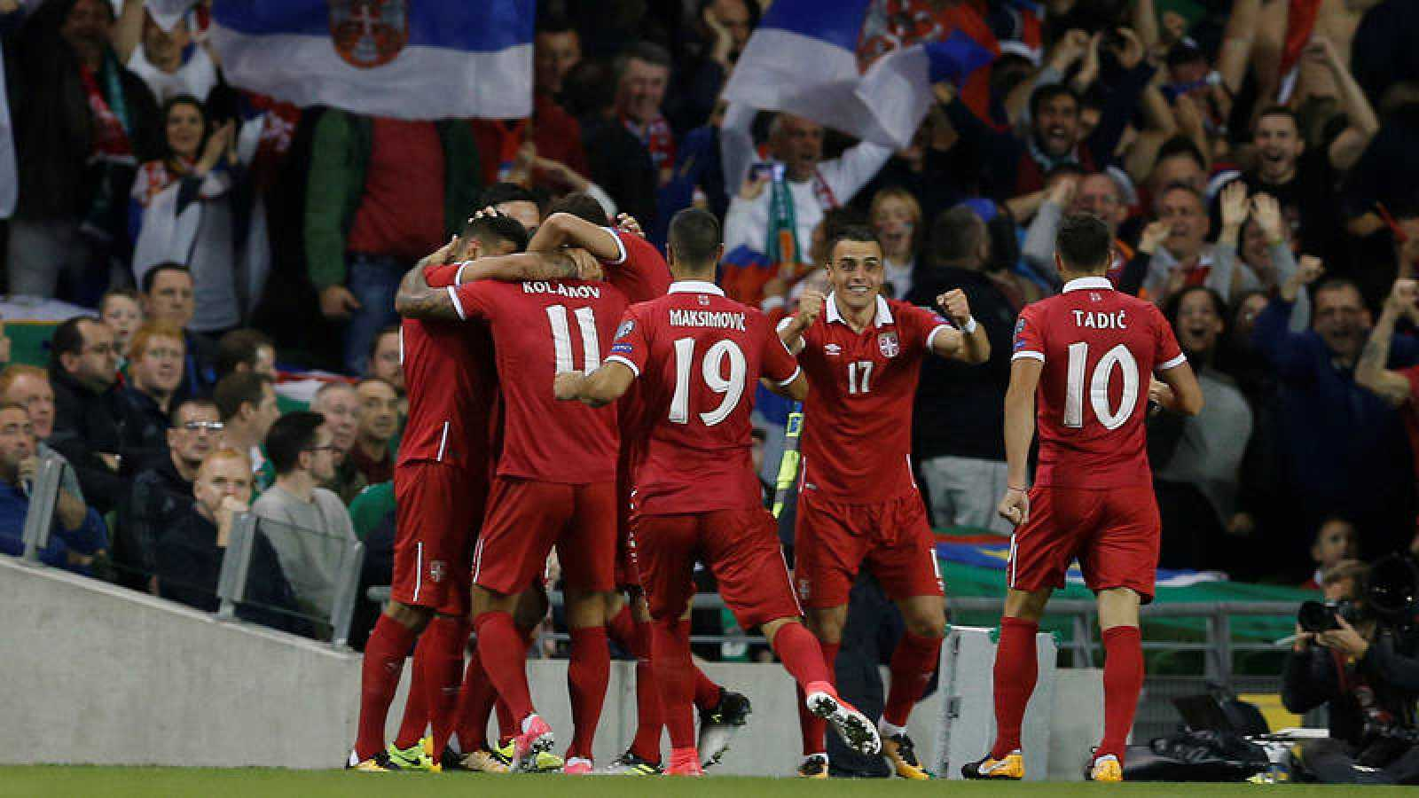 Los jugadores serbios celebran su victoria en Irlanda.