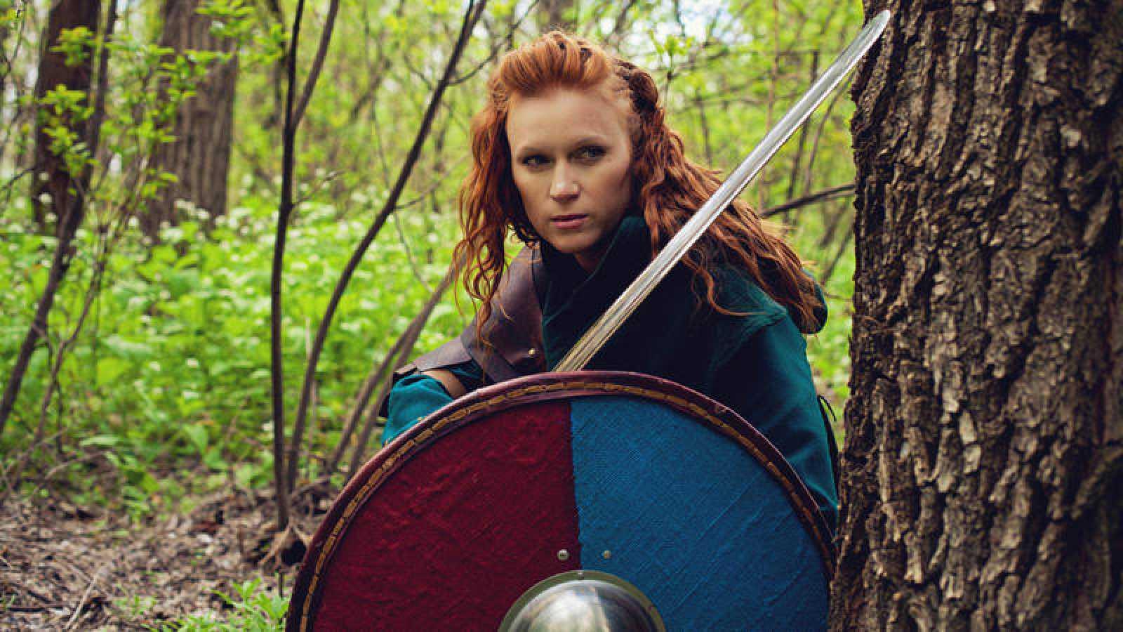 Una mujer caracterizada como una guerrera vikinga
